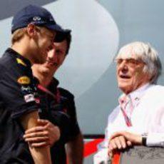 Vettel, Horner y Ecclestone charlan en el 'paddock' del Circuit de Catalunya