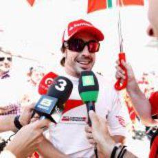 Las televisiones entrevistan a Alonso en el GP de España 2011
