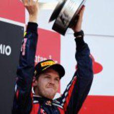Vettel levanta su trofeo en el GP de España 2011
