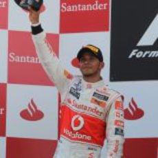 Hamilton levanta su trofeo de segundo clasificado en el GP de España 2011