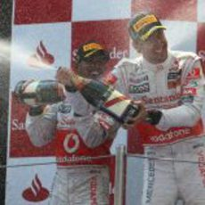 Hamilton y Button se riegan con el champán en el podio del GP de España 2011