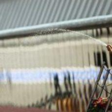 Vettel celebra el triunfo en España descorchando el champán