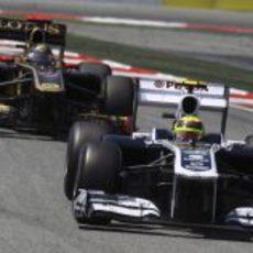 Maldonado perseguido por un Lotus Renault