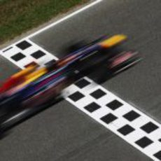 Vettel cruza la línea de meta en el GP de España 2011