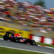 Webber delante del público español en el GP de España 2011