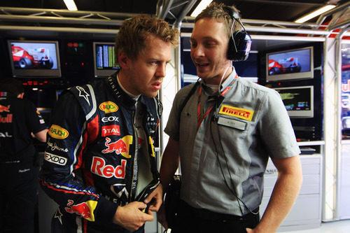 Vettel se interesa por los neumáticos en España 2011