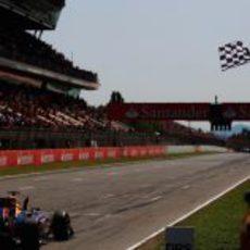 Bandera a cuadros para Vettel en España 2011