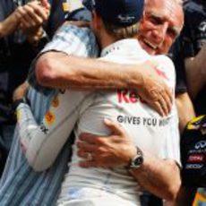 Mateschitz abraza a Vettel tras su victoria en España 2011