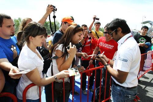Karthikeyan firma autógrafos en España 2011