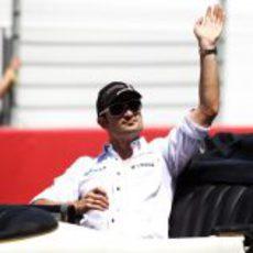 Liuzzi saluda a las gradas en el GP de España 2011