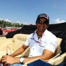 Karthikeyan en el 'drivers parade' de España 2011