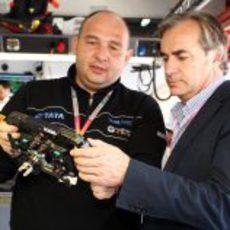 Kolles le enseña el volante a Sainz