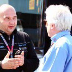 Kolles habla con Whiting en el GP de España 2011