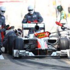 Pit stop de Karthikeyan durante el GP de España 2011