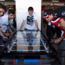 Los pilotos de Virgin jugando al futbolín en España 2011