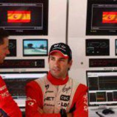Timo Glock habla con su ingeniero en el GP de España 2011