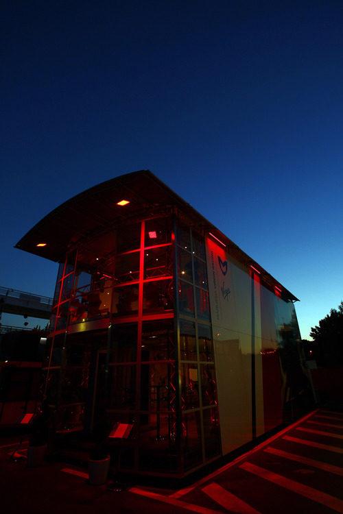 El rojo motorhome de Virgin bajo el anochecer español.