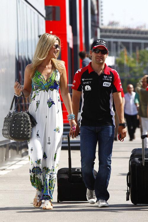 Timo Glock llega al Circuit de Catalunya junto a su novia