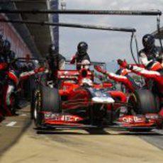 Timo Glock acelera tras su parada en boxes en Montmeló