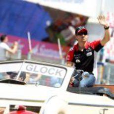 Glock saluda a los aficionados españoles durante el drivers parade