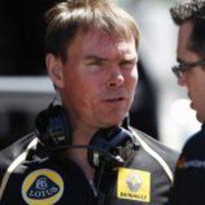 Alan Permane habla con Eric Boullier en Montmeló 2011