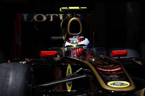 Vitaly Petrov sale de boxes en España 2011