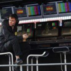 Alan Permane en el muro durante el GP de España 2011