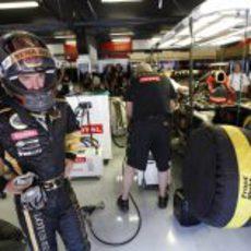 Heidfeld en el garaje de Lotus Renault GP en España 2011