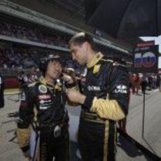 Petrov charla con su ingeniero en la parrilla del GP de España 2011