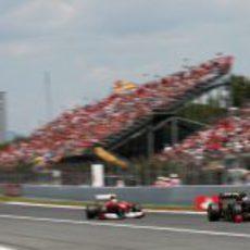 Petrov rueda por delante de Massa en la recta principal de Montmeló