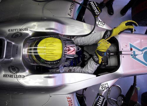 Nico Rosberg en el interior de su Mercedes en España 2011