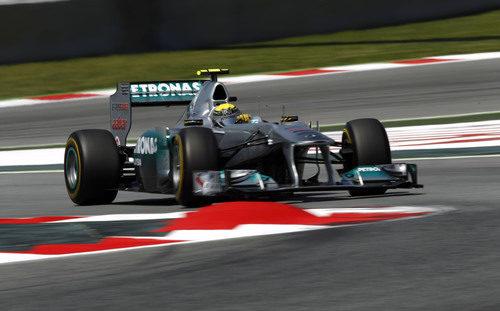 Rosberg encara el vértice de la chicane de Montmeló en España 2011