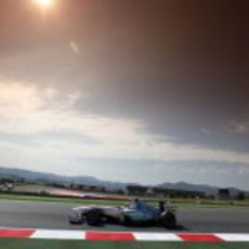 Schumacher rueda durante la clasificación de España 2011