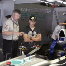 Ross Brawn enseña el W02 a Jorge Lorenzo en España 2011