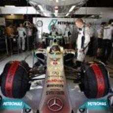 Nico Rosberg en el garaje de Mercedes antes de la carrera