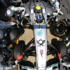Cambio de neumáticos para Nico Rosberg en España 2011