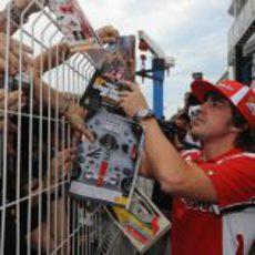 Fernando Alonso firma autógrafos en Montecarlo