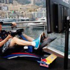 Sebastian Vettel jugando a la videoconsola en Mónaco 2011