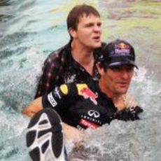 El presentador de la BBC y Webber mojándose en Mónaco 2011