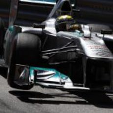 Nico Rosberg pilota su Mercedes en los libres de Mónaco 2011