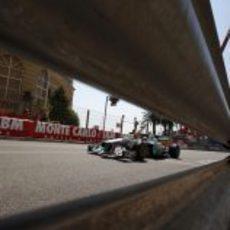 Nico Rosberg pilotando en el estrecho circuito de Montecarlo