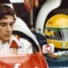 Ayrton Senna junto a su característico casco