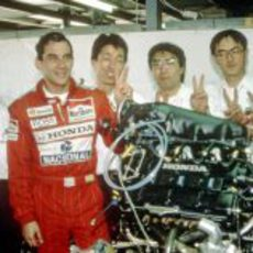 Ayrton Senna junto a los mecánicos de Honda