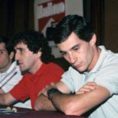 Alain Prost habla y Ayrton Senna escucha