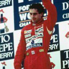 Ayrton Senna saludando a su público desde lo más alto de podio