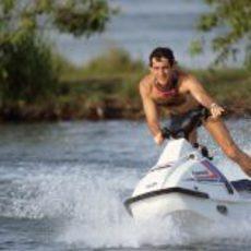 Ayton Senna corriendo con una moto de agua