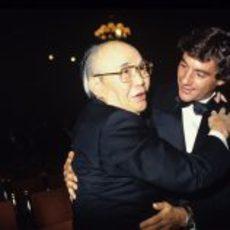 Ayrton Senna celebra el título junto al responsable de Honda