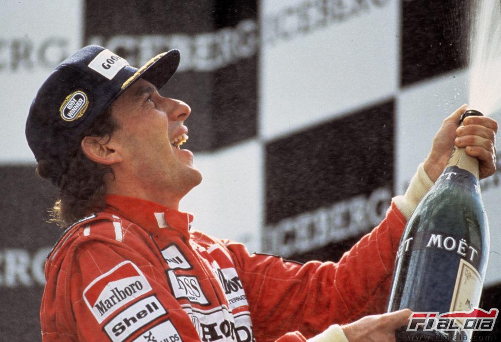 Senna celebra una de sus grandes victorias
