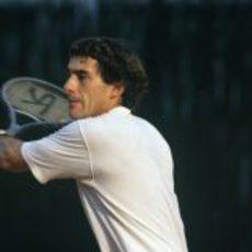 Ayrton jugando al tenis