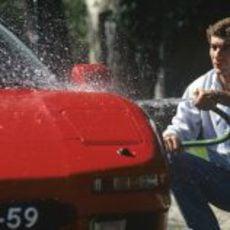 Senna lavando su súperdeportivo